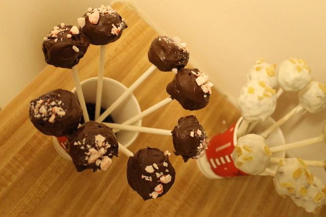 Christmas cake pops recipe (Starbucks inspired: peppermint mocha and gingerbread latte flavored)
