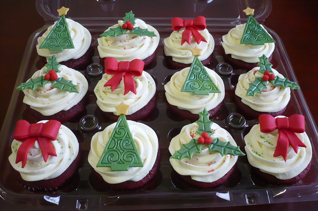 Christmas Cupcakes | Red velvet cupcakes with a buttercream ...