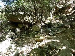 Brèche du Carciara : le chemin en RG dans la brèche avec abris et restes de murets