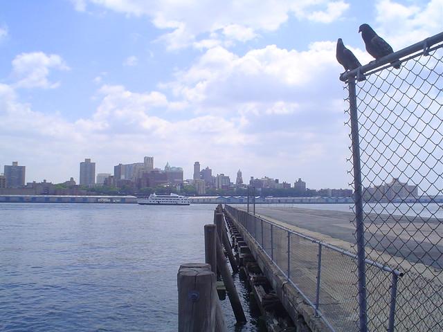 Foto vista de este río con Brooklyn visto desde Manhattan, Nueva York, EE.UU.
