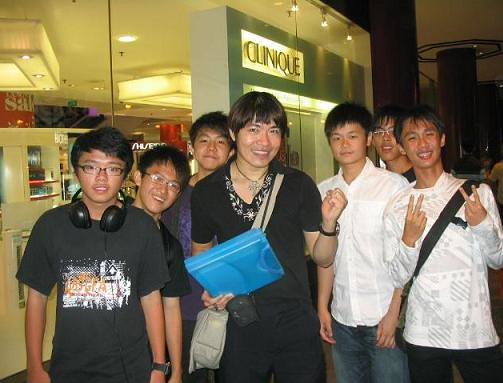 Real Singaporean Fans swarmed Steven Lim! (picture via StevenLim.Net)