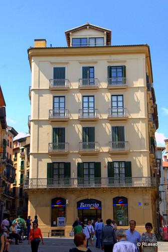 Edificio de viviendas en calle Chapitela, visto desde la calle Mercaderes.