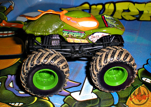 """ Hot Wheels "" Monster Jam ' Teenage Mutant Ninja Turtles ' 1:64 Monster Truck - Michelangelo {  MUD TRUCKS tire treads } 53/80 vii  (( 2011 ))"