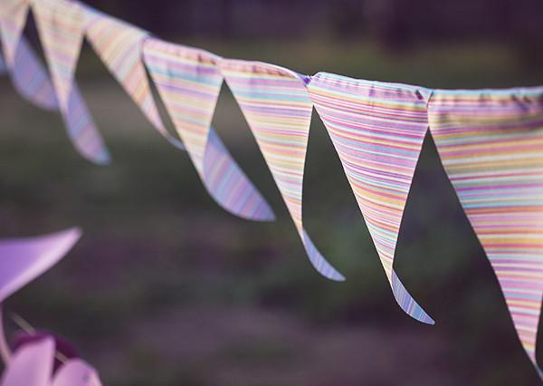 birthday, streamers, stripes, outdoors, fashion blog, בלוג אופנה, אפונה בלוג אופנה, דגלונים, יום הולדת
