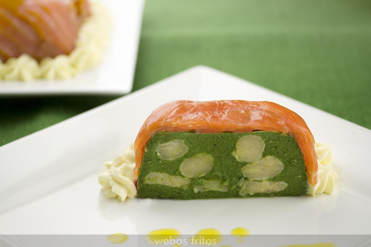 Corte de pudin de espárragos, espinacas y salmón ahumado