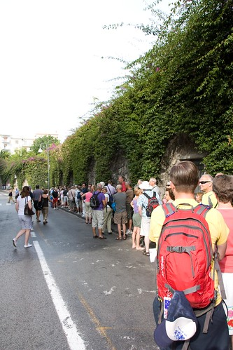 La file pour l'autobus et plein de gens qui dépassent