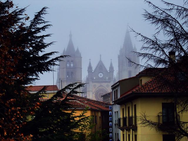 LEÓN.- La catedral con neblina.