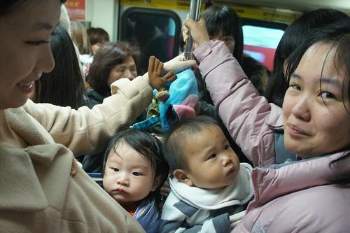 帶寶寶坐捷運好擠喔!