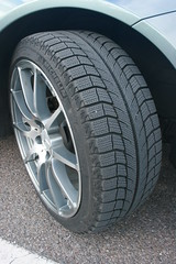 grille(0.0), formula one tyres(0.0), bumper(0.0), tire(1.0), automotive tire(1.0), automotive exterior(1.0), wheel(1.0), synthetic rubber(1.0), rim(1.0), alloy wheel(1.0), spoke(1.0),