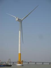Ветряная турбина Sinovel SL3000 около побережья Шанхая . Ветряная электростанция  Shanghai Donghai Bridge - первая offshore ветряная электростанция в Китае