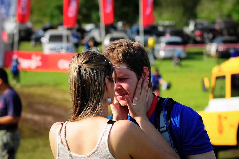 Una mujer coloca protector solar en el rostro de su novio a pocos minutos de comenzar la charla inicial que dió comienzo a la edición 2011 del Mandu'arã Light. (Elton Núñez)