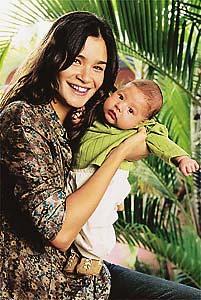 Caroline-Ribeiro-con-su-hijo