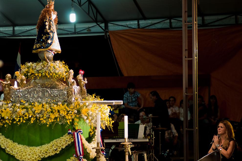 """Una mujer integrante del coro de 180 jóvenes interpretó la canción """"Ave María"""" de Franz Peter Schubert en la víspera del 8 de Diciembre durante el novenario. (Elton Núñez)"""