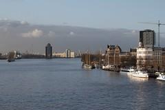 Rotterdam: Willemskade vanaf de Erasmusbrug en de Sint Janhavenflat op de achtergrond