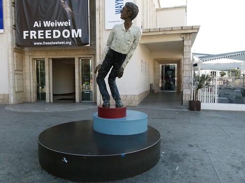 Centro de Arte Contemporáneo (CAC) de Málaga. 'Man moving 2', obra de Stephan Balkenhol