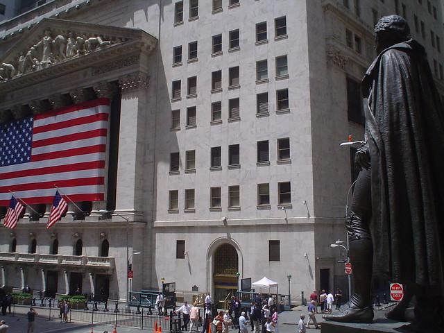 Foto vista de bolsa de valores en Wall Street District de Nueva York EE.UU.