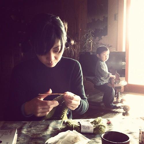 朝の光の中で編み編み。