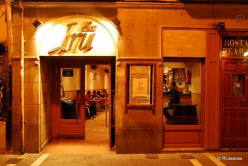 Fachada iluminada del bar Iru, en la calle San Nicolás.