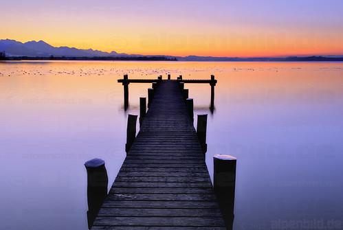 sunset lake reflection water contrast bayern bavaria see evening abend pier wasser sonnenuntergang dusk dämmerung kontrast reflexion chiemsee steg 巴伐利亚 chiemgau chiemgaueralpen übersee uebersee alpenbildde