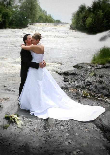 mariage pose près des chutes (crédit karinevervillephotographe