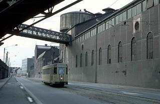 1980-10 Motrice type S sur la route de Mons à Charleroi, Cokerie de la providence ( SNCV Charleroi - Anderlues )