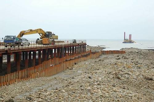 中油在桃園縣觀音海岸進行天然氣地下輸油管工程,直接在藻礁上開挖,挖出的土方又覆蓋在右側藻礁上。(圖片來源:劉靜榆)