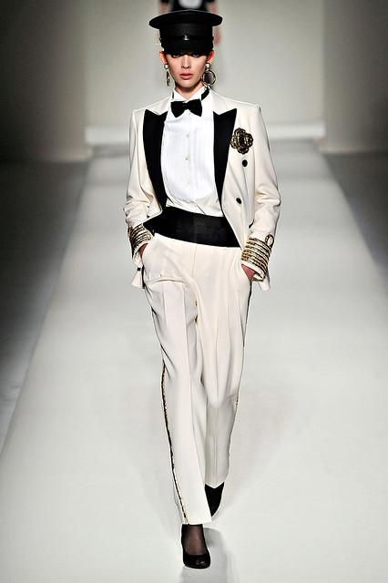 Beyonce-Love-on-Top-Tuxedo-moschino-rtw-fw2011-runway-07_13105192701