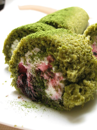 berries matcha roll cake