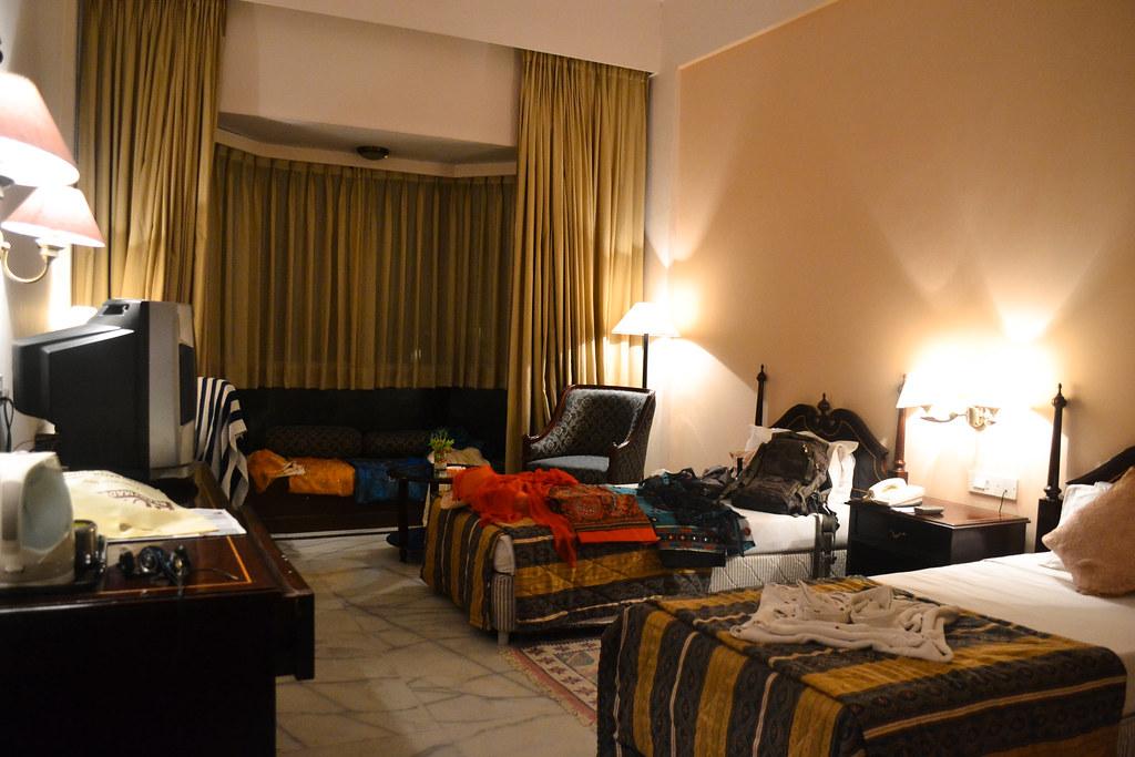Мой номер в Джайпуре. На кровати куча Сари, которые принц Дуэйн накупил для своей обожаемой сестры.