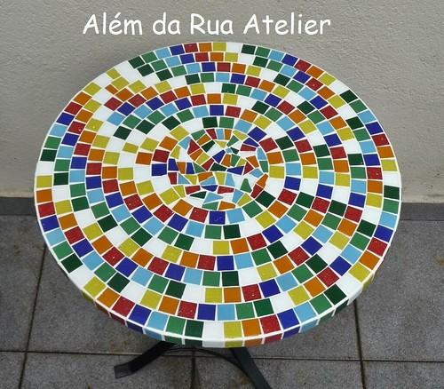 Mesa de mosaico com tampo colorido