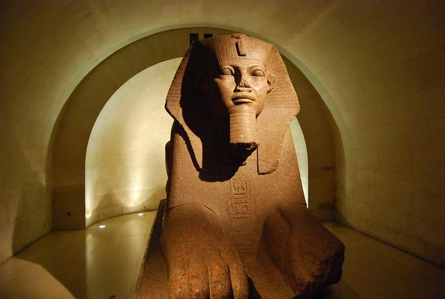 Una esfinge egipcia en el Museo del Louvre de París