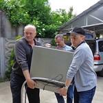 Werner Gilde und Norbert Müller haben zwar ausgemusterte aber noch immer Top-Geräte aus Karlsruhe mitgebracht, darunter eine Großküchen-Mikrowelle und eine Gläserspülmaschine.