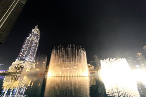 The dancing fountain outside Dubai Mall