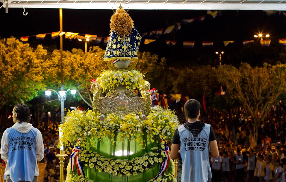La Virgen en el altar frente a la Basílica, es exhibida para los cientos de feligreses que se congregaban en el lugar. (Tetsu Espósito)