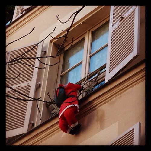 好盡責的聖誕老公公,沒有了煙囪,請小心!