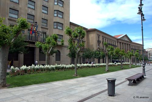 Edificio de oficinas y Palacio de Navarra en la Avenida de Carlos III