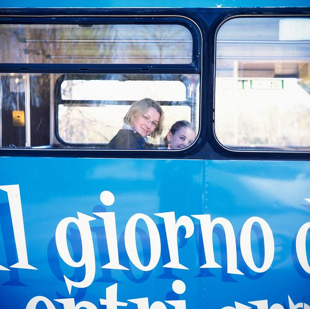 Niebieski bus.