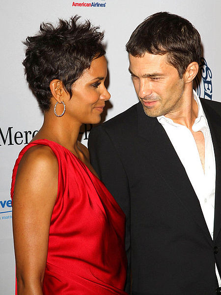 450px-Halle_berry_and_olivier_martinez_make_red_carpet_debut