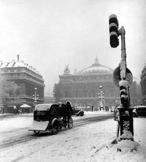 place de l'Opéra à Paris dans le froid et la neige de l'hiver 1942