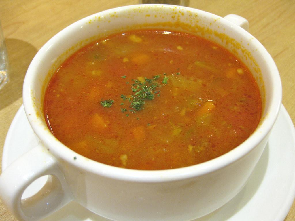 今天的商業午餐濃湯是洋蔥湯,裡面都是料,湯匙挖 ...