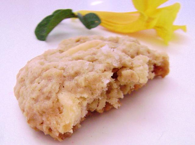 Cookies de chocolate branco, aveia e flor de sal