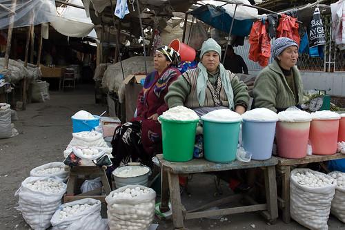 Mujeres vendiendo en el Mercado de Osh