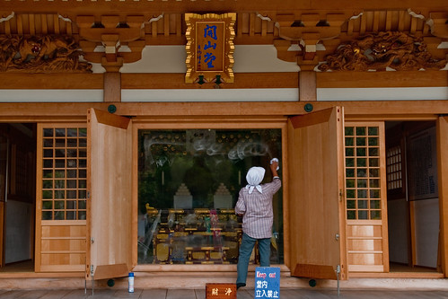 Glass cleaning at Seiryū-ji
