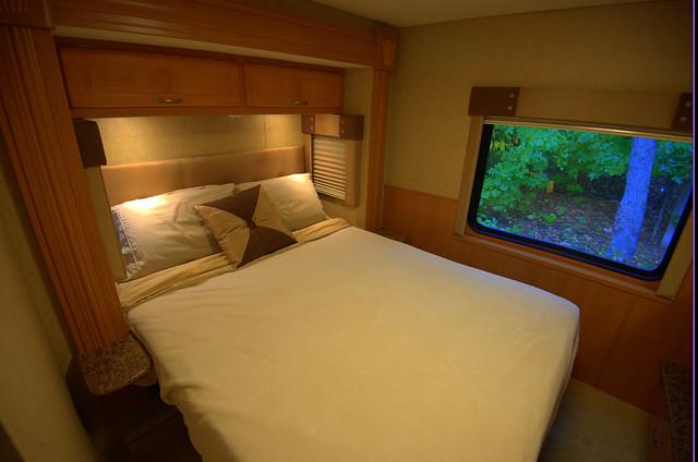 10 - Queen size bed
