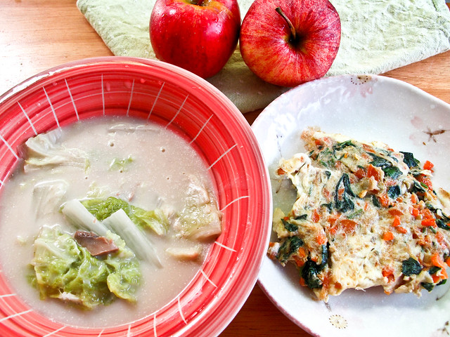 IMG_0737 Lunch : Campbell mushroom soup with Chinese cabbage , IMG_0736 Omelette with Artemisia Argyi 艾草 and apples