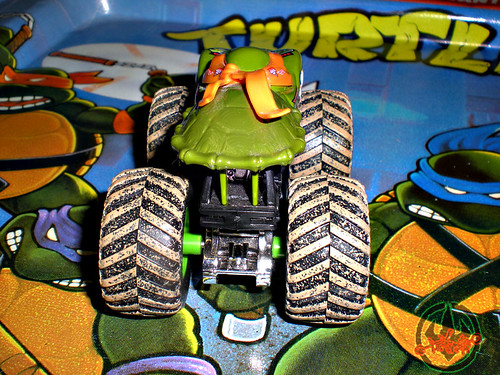 """ Hot Wheels "" Monster Jam ' Teenage Mutant Ninja Turtles ' 1:64 Monster Truck - Michelangelo {  MUD TRUCKS tire treads } 53/80 vi (( 2011 ))"