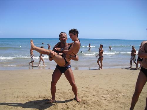 Anna Claudia, la sposa, con il futuro sposo sulla spiaggia