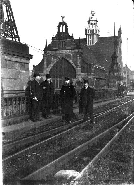 La gare, vue depuis la voie ferrée, région d'Essen (Rhénanie-du-Nord-Westphalie)