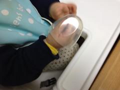 哺乳瓶のフタで遊ぶ(2012/1/25)