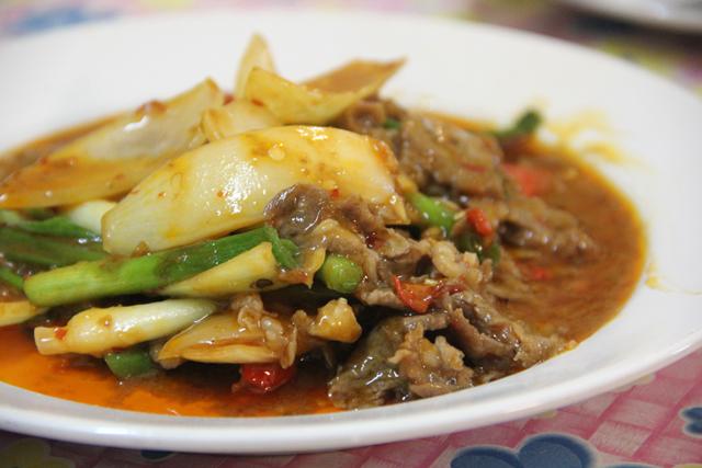 Neua pad prik pao (beef with chili sauce เนื้อผัดพริกเผา)